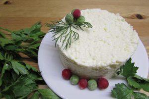 Готовим традционную еврейскую закуску из сыра с чесноком