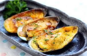 Как можно приготовить мидии в сливочно-чесночном соусе с сыром