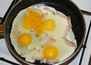 Готовим вкусную яичницу с сыром и различными начинками