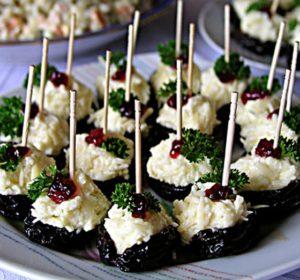 Готовим вкусный чернослив, фаршированный сыром и чесноком