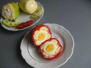 Как можно приготовить перец, фаршированный сыром и яйцом