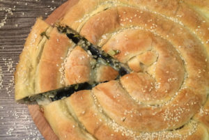 Как можно приготовить пирог с сыром и зеленью
