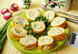 Как можно приготовить яичный рулет с плавленым сыром и чесноком