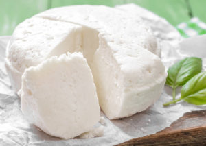 Как правильно сделать сыр из кислого молока в домашних условиях
