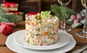 Как сделать салат «Оливье» с сыром дома