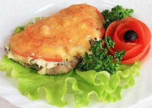 Как можно приготовить карбонат с помидорами и сыром в духовке