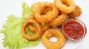Как можно приготовить луковые кольца с сыром