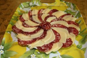 Как сделать красивую нарезку из колбасы и сыра