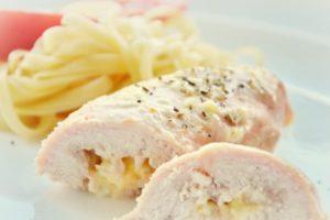 Как сделать куриные рулетики с сыром и чесноком в домашних условиях
