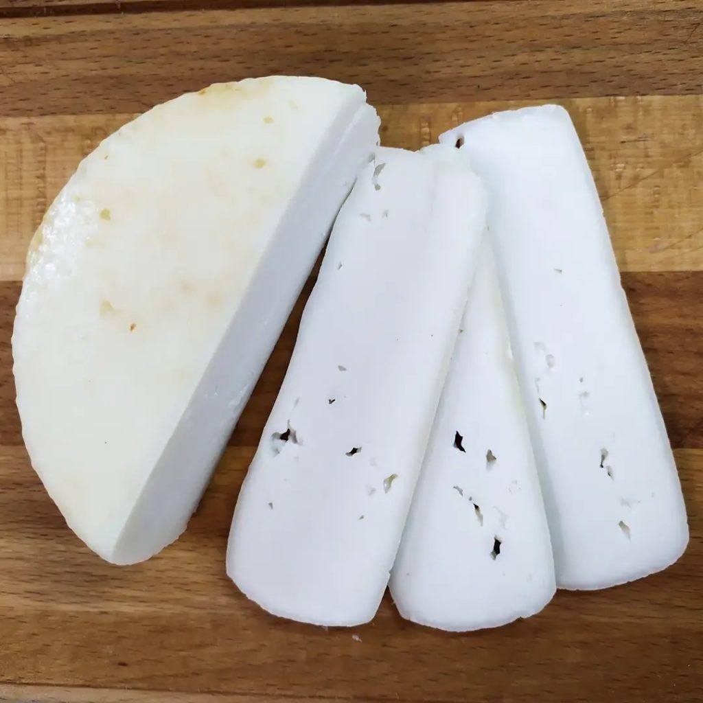 сыр качотта дольками
