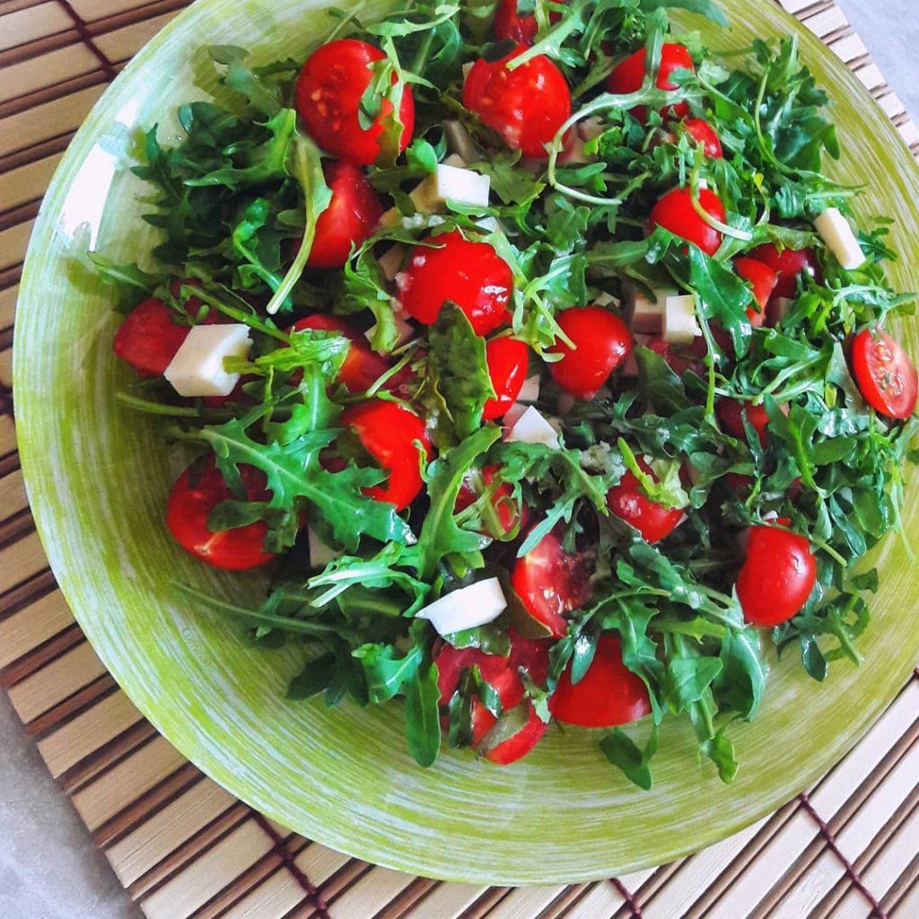 салат с сыром манчего и рукколой